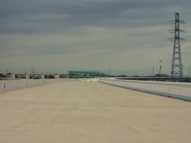 画面奥が東北道方面。赤いパイロン付近から通常の本線の幅となります。