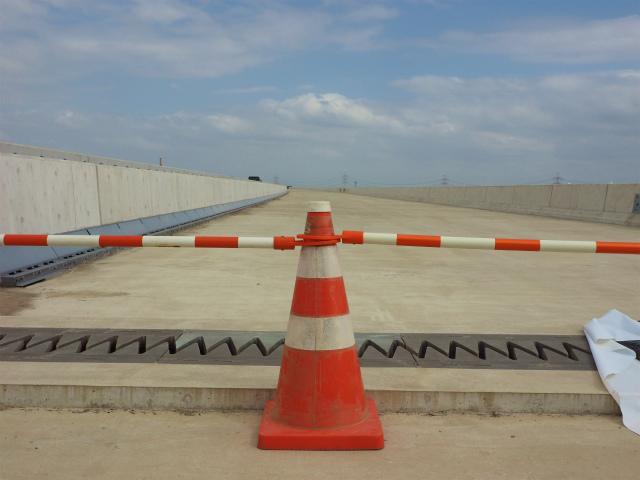 伸縮装置。気温の変化で伸び縮みする高架橋のズレを吸収します。