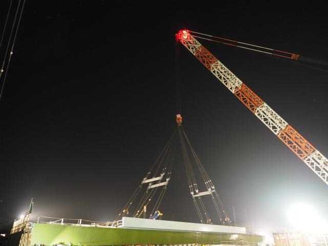 いきなりですが吊り上げています。ミック社所有の1250トンクレーン。桁が床版合わせて320トン弱。長さ70メートルと巨大です。吊り具も40トンを超えます。