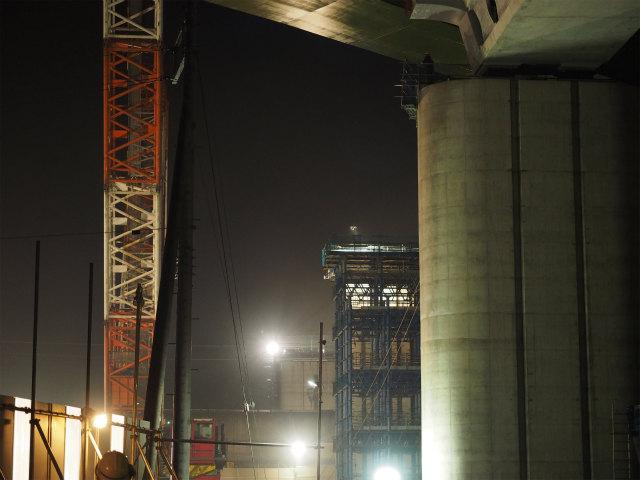 新幹線向こう側の橋脚。