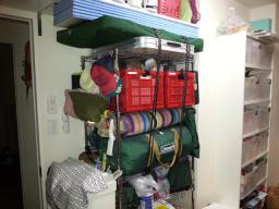 我が家のキャンプ道具は、メタルラックに詰め込んでこんな感じ