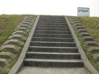 淀川河川敷へと続く階段