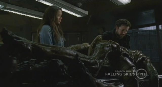 Falling-Skies-S1x09-Tom-and-Ann-examining-alien.jpg