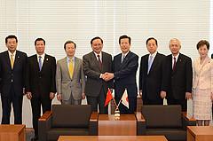 517 唐会長(中央左)の表敬を受け、和やかに懇談した山口代表(同右)ら=25日 衆院第1議員会館
