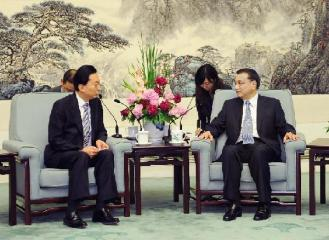 527 Chinese Vice Premier Li Keqiang (R, Front) meets with former Japanese Prime Minister Hatoyama Yukio (L, Front) in Beijing, capital of China, May 25, 2012