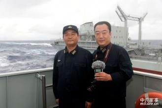 中国東海2411-12 遠洋航行補給中,中國廣播網記者馬藝(右)採訪東海艦隊某驅逐艦支隊長王建勛