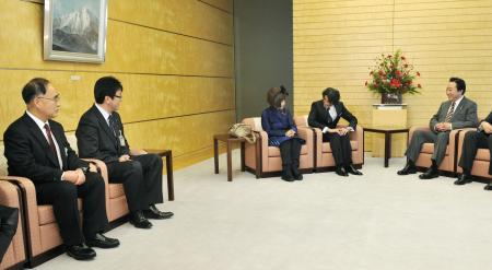 仙台パンダ 野田首相(右端)を訪ねた仙台市の伊藤敬幹副市長(左から2人目)と八木山動物