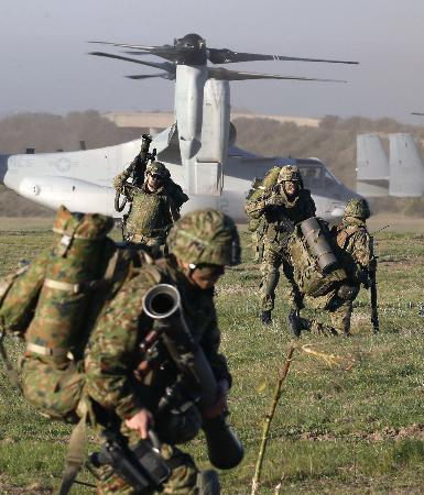 250219 離島奪還を想定した日米共同訓練で、米海兵隊のオスプレイから降り立った陸自隊員=米カリフォルニア州で2013年2月13日、共同