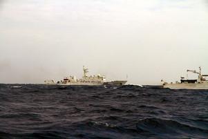 尖閣 18日-尖閣海域に領海侵入した中国公船-第十一善幸丸から撮影-アンセル倫子さん提供