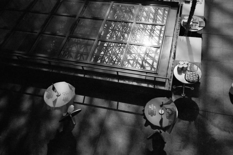 ドームの影が採光窓に落ちている