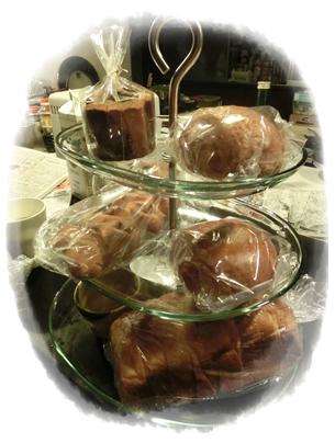 241128三段トレイとブーランジェリーヴァンのパン