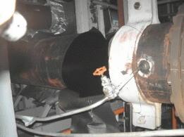 穴が開き蒸気が漏れた美浜原発3号機タービン建屋内の配管=9日、美浜町