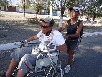 リナットさんの車椅子を押す