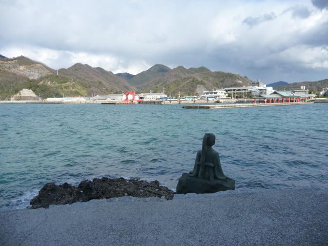 参道に鶴姫の像が海を見守りながら座っている