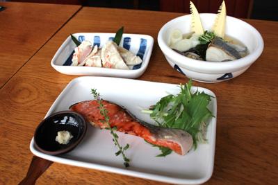 """「豆種菌」の料理はすべて""""発酵料理""""。手前は「みりん粕漬の鮭」(900円)、左奥は「かぶら寿司」(750円)、右奥は「塩麹旬魚と海藻のいしる蒸し」(950円)。"""