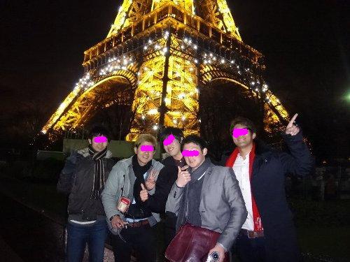エッフェル塔の前でBOYS5人