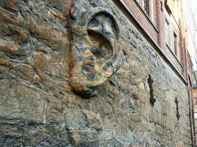壁に耳あり