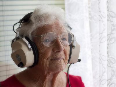 おばあちゃん ヘッドホン シュール
