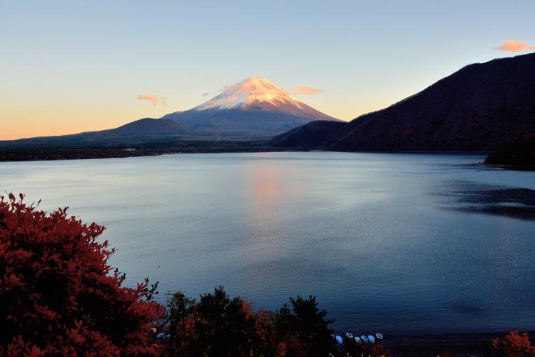 本栖湖の赤富士1