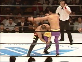 山崎は安生の蹴り足を取ってのテイクダウンから、