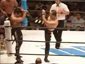 代わった山崎は右ハイキックで、