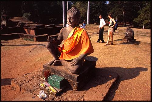 袈裟をかけられた仏像