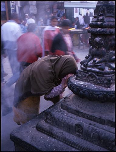 礼拝する女性カトマンドゥ