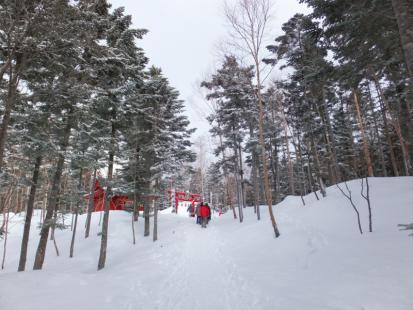 雪の中を歩いて