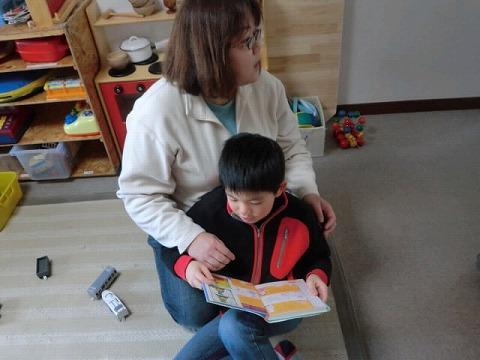 s-3 母の膝で読書
