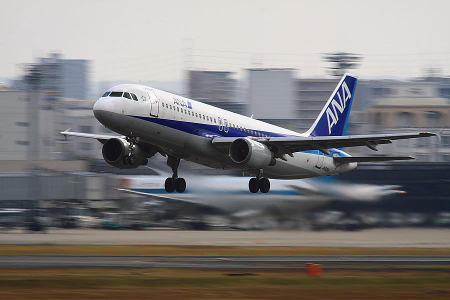 ANA A320-211 ANA161@RWY14Rエンド猪名川土手(by EOS 50D with SIGMA APO 300mm F2.8 EX DG HSM + APO TC2x EX DG)