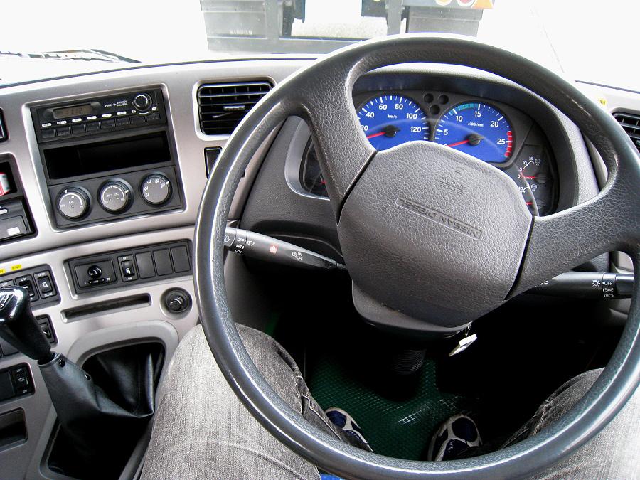 教習車Nissan Diesel Quon@尼崎ドライブスクール(by IXY DIGITAL 910IS)