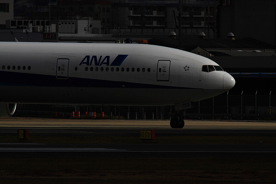 ANA B777-381 ANA20@伊丹スカイパーク(by EOS 50D with SIGMA APO 300mm F2.8 EX DG HSM + APO TC2x EX DG)