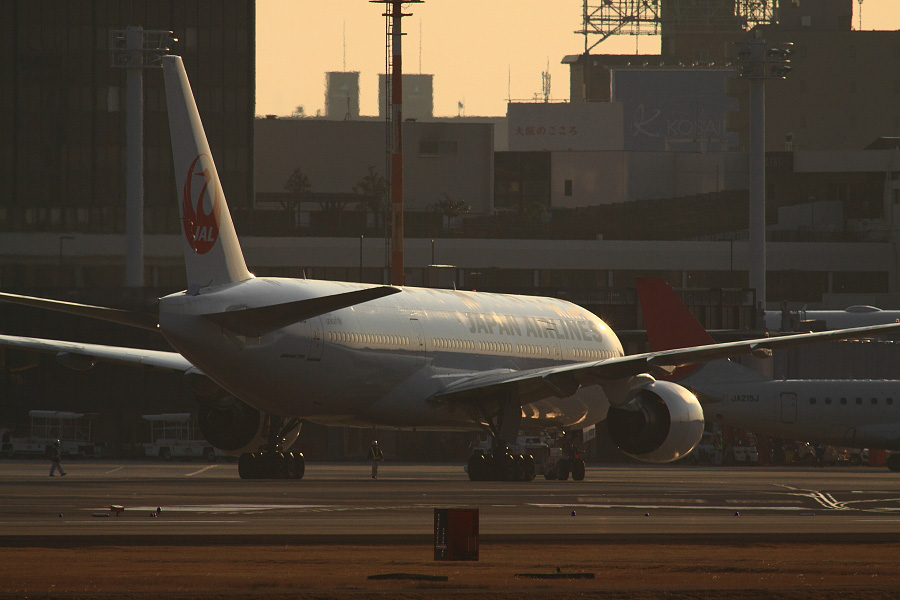 JAL B777-289 JAL104@RWY14Rエンド猪名川土手(by EOS 50D with SIGMA APO 300mm F2.8 EX DG HSM + APO TC2x EX DG)