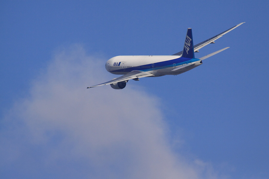ANA B777-281 ANA16@RWY14Rエンド猪名川土手(by EOS 50D with SIGMA APO 300mm F2.8 EX DG HSM + APO TC2x EX DG)