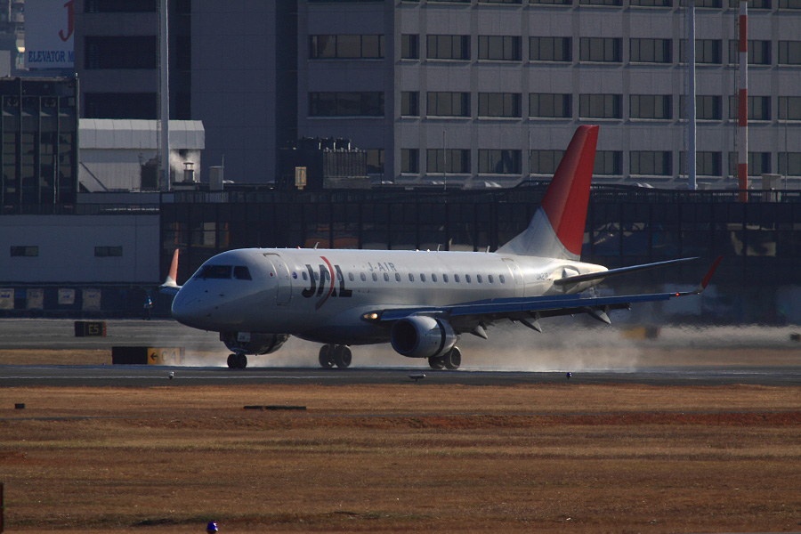 J-AIR Embraer170 JAL2200@RWY14Rエンド猪名川土手(by EOS 50D with SIGMA APO 300mm F2.8 EX DG HSM + APO TC2x EX DG)