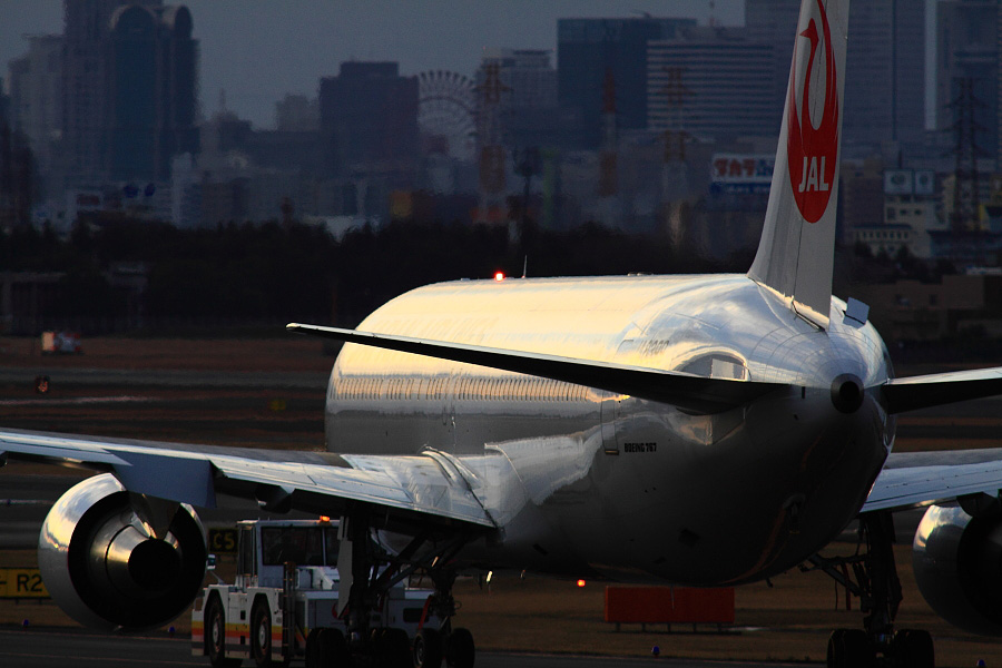 JAL B767-346 JA8399@下河原緑地展望デッキ(by EOS 50D with SIGMA APO 300mm F2.8 EX DG HSM + APO TC2x EX DG)