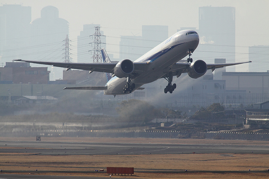 ANA B777-381ER ANA2176@下河原緑地展望デッキ(by EOS 50D with SIGMA APO 300mm F2.8 EX DG HSM + APO TC2x EX DG)