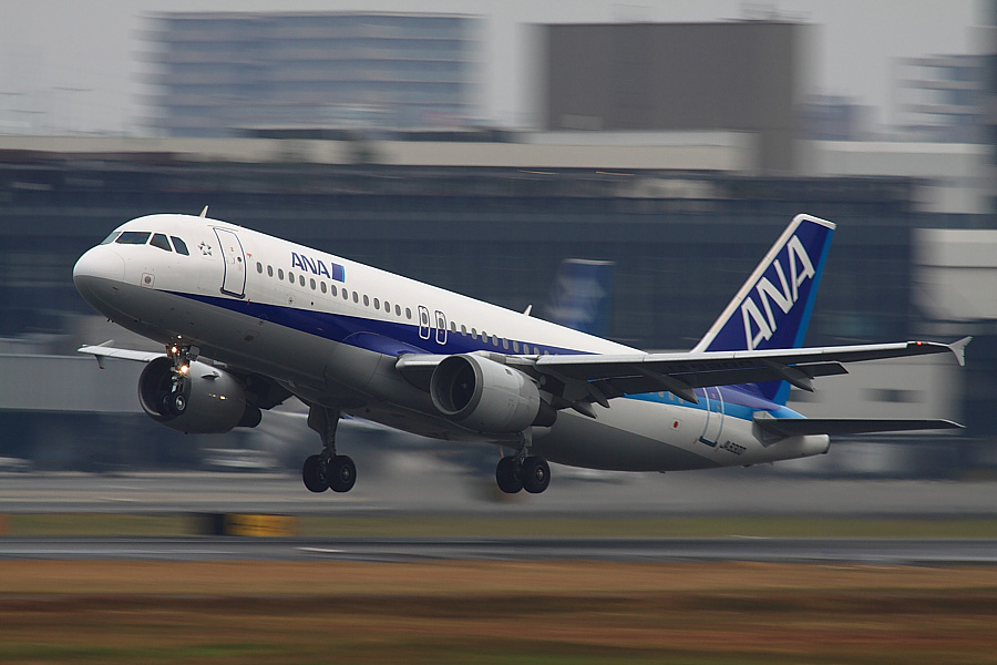 ANA A320-211 ANA547@RWY14Rエンド猪名川土手(by EOS 50D with SIGMA APO 300mm F2.8 EX DG HSM + APO TC2x EX DG)