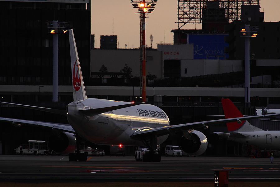 JAL B777-246 JAL104@RWY14Rエンド猪名川土手(by EOS 50D with SIGMA APO 300mm F2.8 EX DG HSM + APO TC2x EX DG)
