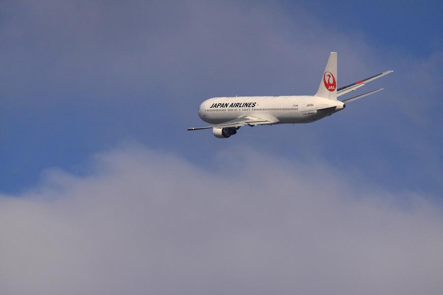 JAL B767-346 JAL106@RWY14Rエンド猪名川土手(by EOS 50D with SIGMA APO 300mm F2.8 EX DG HSM + APO TC2x EX DG)
