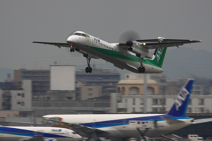 AKX DHC-8-402Q ANA1683@RWY14Rエンド猪名川土手(by EOS 50D with SIGMA APO 300mm F2.8 EX DG/HSM + APO TC2x EX DG)