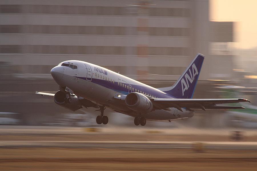 ANA Wings B737-5L9 ANA501@RWY14Rエンド猪名川土手(by EOS 50D with SIGMA APO 300mm F2.8 EX DG HSM + APO TC2x EX DG)