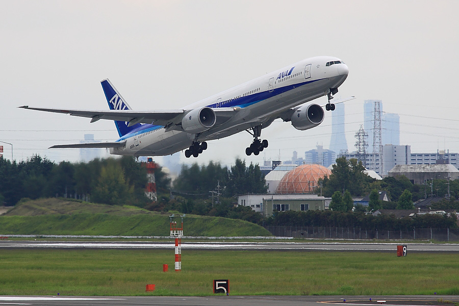 ANA B777-381 ANA105@下河原緑地展望デッキ(by EOS 50D with SIGMA APO 300mm F2.8 EX DG/HSM)