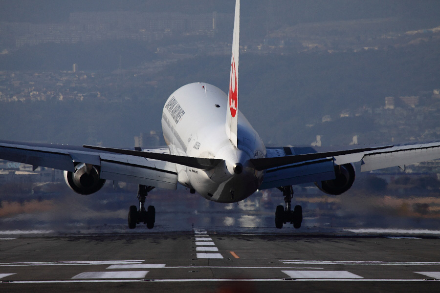 JAL B767-346 JAL121@RWY32Lエンド・千里川土手(by EOS 50D with EF100-400mm F4.5-5.6L IS USM)