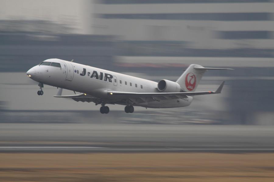 J-AIR CRJ-200ER JAL2383@RWY14Rエンド猪名川土手(by EOS 50D with SIGMA APO 300mm F2.8 EX DG HSM + APO TC2x EX DG)
