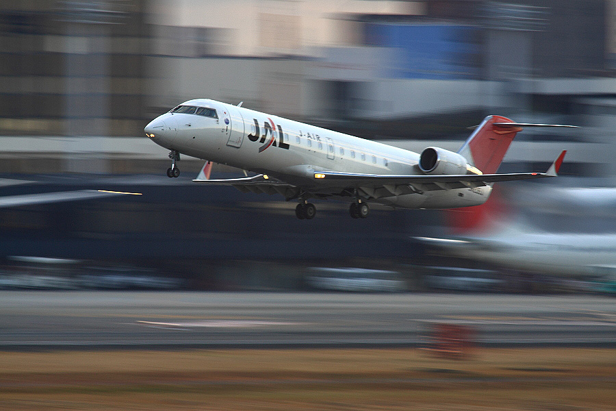 J-AIR CRJ-200ER JAL2051@RWY14Rエンド猪名川土手(by EOS 50D with SIGMA APO 300mm F2.8 EX DG HSM + APO TC2x EX DG)