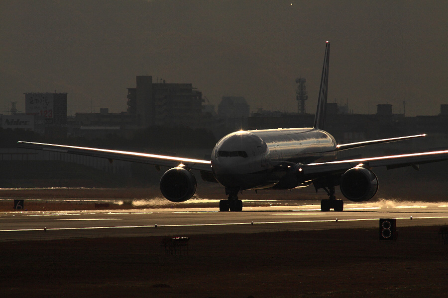 ANA B777-381 ANA13@RWY14Rエンド猪名川土手(by EOS 50D with SIGMA APO 300mm F2.8 EX DG HSM + APO TC2x EX DG)