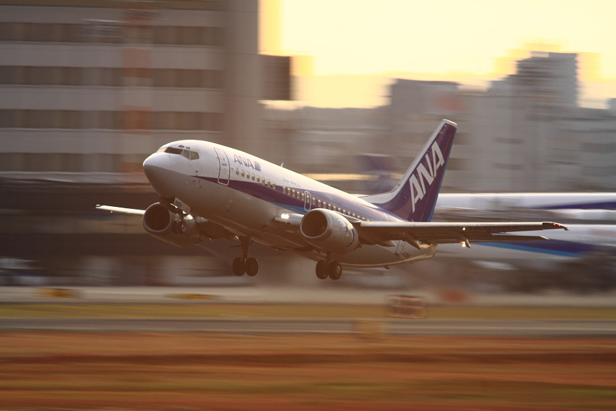 AKX B737-5L9 ANA501@RWY14Rエンド猪名川土手(by EOS 50D with SIGMA APO 300mm F2.8 EX DG HSM + APO TC2x EX DG)