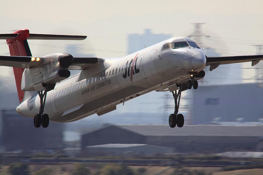 JAC DHC-8-402Q JAL2403@下河原緑地展望デッキ(by EOS 50D with SIGMA APO 300mm F2.8 EX DG HSM + APO TC2x EX DG + APO TC1.4x EX DG)