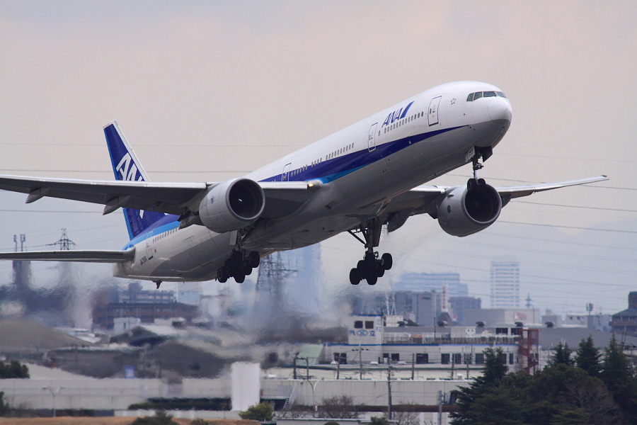 ANA B777-381 ANA105@下河原緑地展望デッキ(by EOS 50D with SIGMA APO 300mm F2.8 EX DG HSM + APO TC2x EX DG)